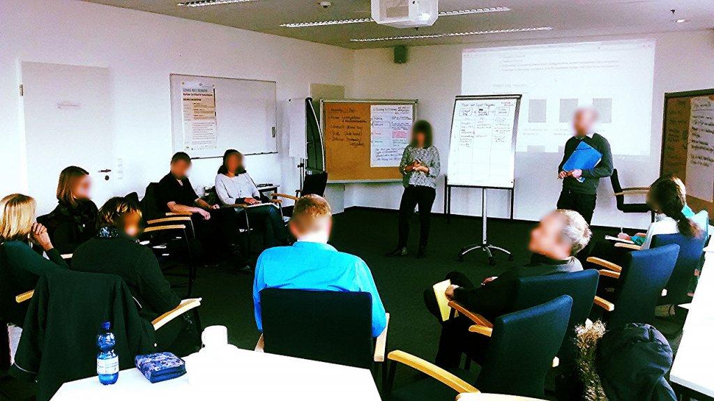 Stuhlkreis und aktives Plenum: das sind mir persönlich wichtige Settings in analogen Seminarsituationen, von denen ich glaube, dass sie auch im digitalen Kontext wirksam sind, wenn man es richtig organisiert.  Foto: Birkenkrahe - Aktives Plenum auf Wikipedia. Verwendung unter den Bedingungen der Creative Commons (BY-SA).