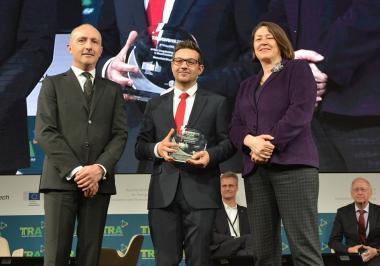 Carlo Borghini, Bernhard Reinholz (Mitte), EU-Verkehrskommissarin Violeta Bulc bei der Preisübergabe, Foto Austria Tech/Appel